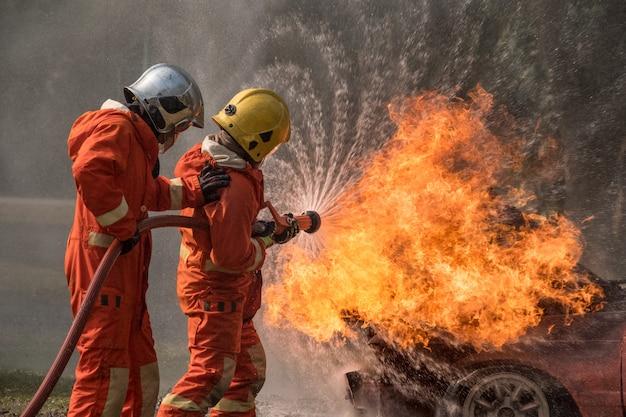 De brandbestrijder bespat water om hydrant af te vuren