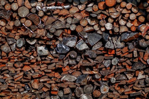 De brandhoutachtergrond, het muurbrandhout, de achtergrond van droog gehakt brandhout opent een stapel het programma