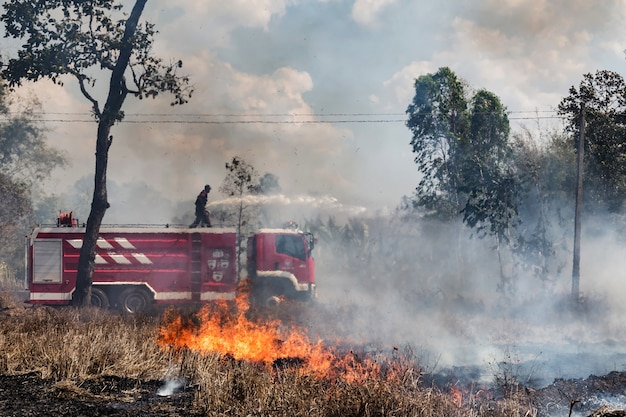 De brandweerman in brand truk met slang dooft een brand