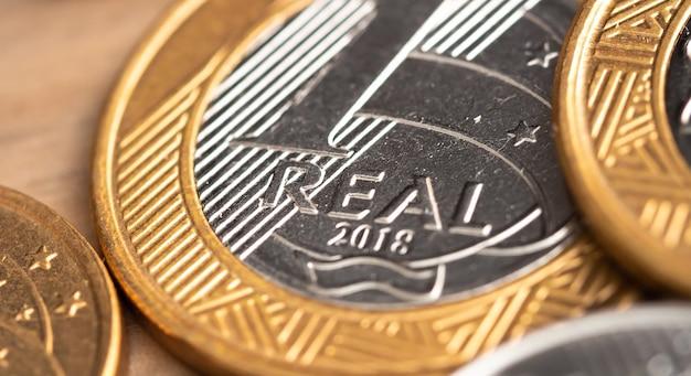 De braziliaanse munt in macrofotografie voor het concept van de braziliaanse economie