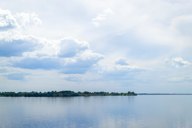 De brede rivier de daugava nabij de stad salaspils in letland