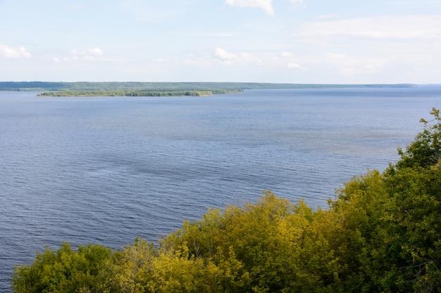 De breedste plaats van de rivier de wolga. prachtig landschap op een bewolkte zomerdag.