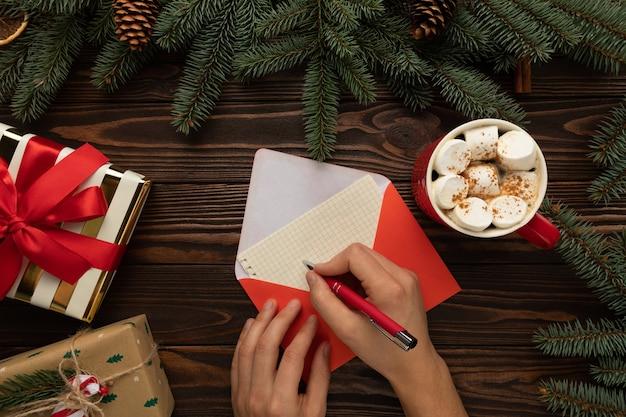 De brief en traktaties voor de kerstman liggen op een houten tafel