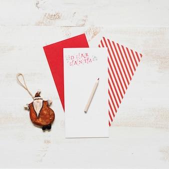 De brief van de kerstman met ornament en giftomslag