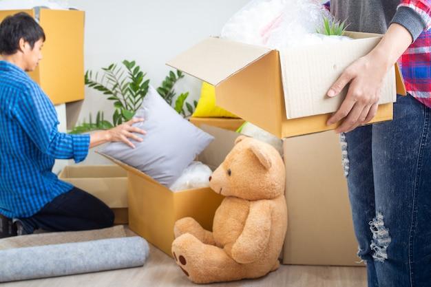De broers en zussen hebben geholpen om de persoonlijke bezittingen naar een nieuw huis te verhuizen. verhuisdag