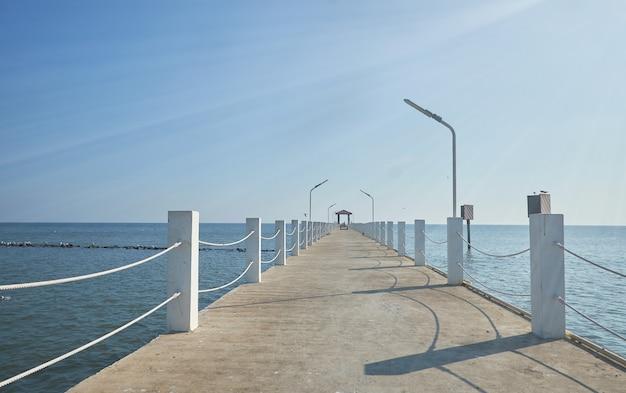 De brug die uitsteekt in de zee