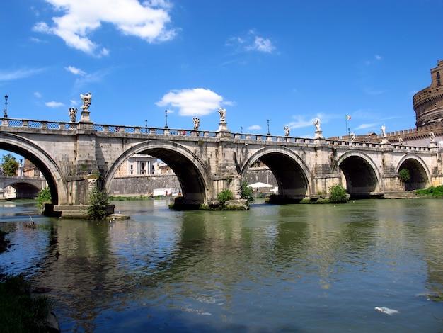 De brug door tiber, rome, italië