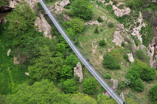 De brug in de bergen van de kaukasus, armenië