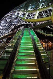 De brug in tbilisi, georgië bij nacht