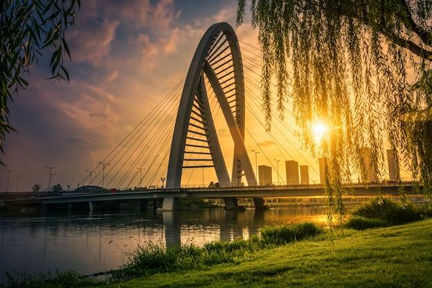 De brug met de stad