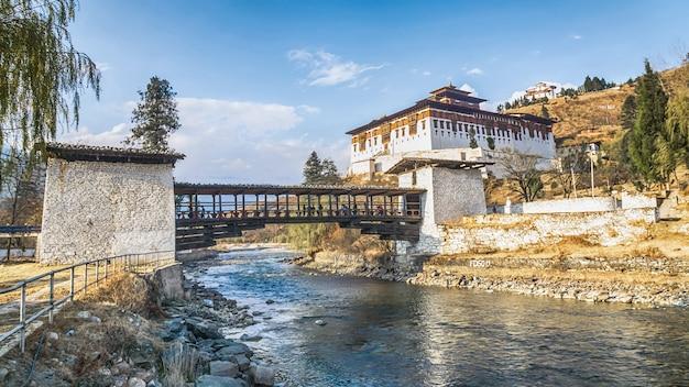 De brug over de rivier met traditioneel bhutan paleis, paro rinpung dzong, bhutan