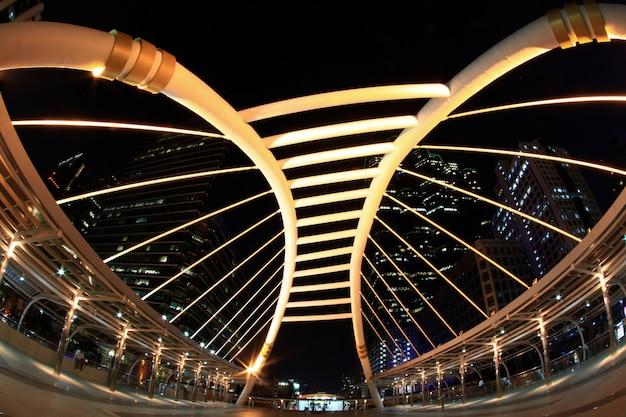De brug van bangkok de stad in