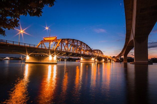 De brug van bangkok kruist de chao praya-rivier thailand