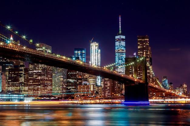 De brug van brooklyn bij schemer die van het park in de stad van new york wordt bekeken.