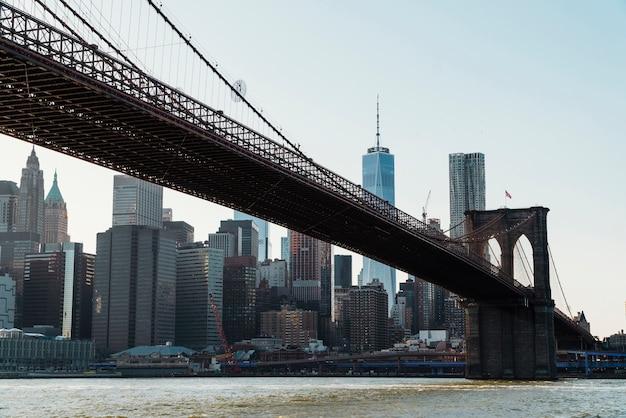 De brug van brooklyn over de rivier van het oosten in new york
