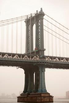 De brug van manhattan over de rivier van het oosten in de stad van manhattan, new york, de vs