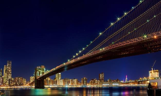 De brug van new york brooklyn van de stad - de stad in bij nacht