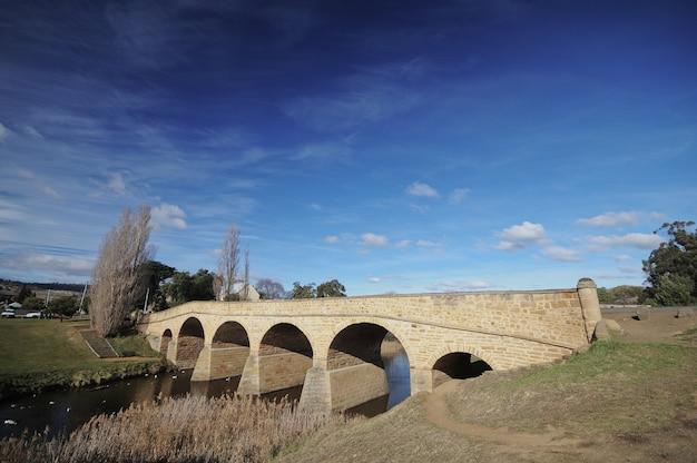 De brug van richmond in de winter in tasmanige australië