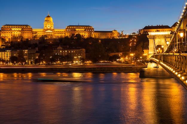 De brug van royal palace en van de ketting over de mening van de de rivierschemering van donau in de stad van boedapest, hongarije