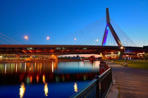 De brugzonsondergang van boston zakim in massachusetts