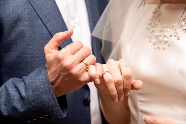 De bruid doet de ring aan de bruidegom. bruiloft