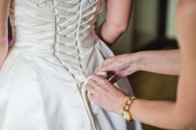 De bruid draagt een luxe bruidsjurk