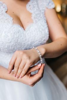 De bruid draagt een trouwarmband aan haar linkerhand