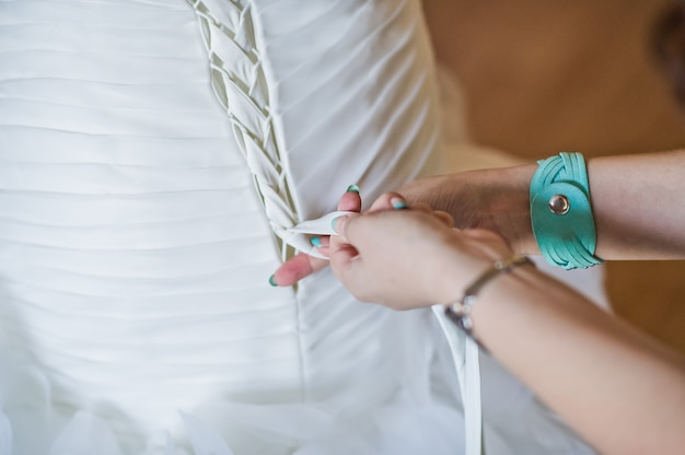 De bruid draagt een trouwjurk