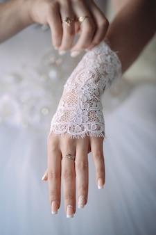 De bruid draagt