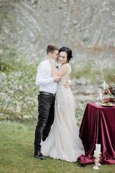 De bruid en bruidegom. huwelijksceremonie op de achtergrond van de bergen