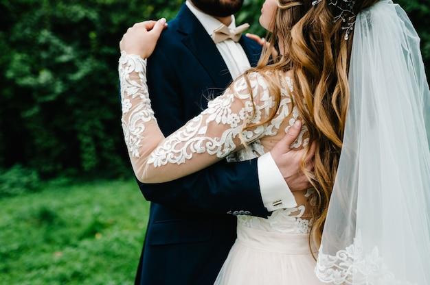 De bruid en bruidegom met een huwelijksboeket
