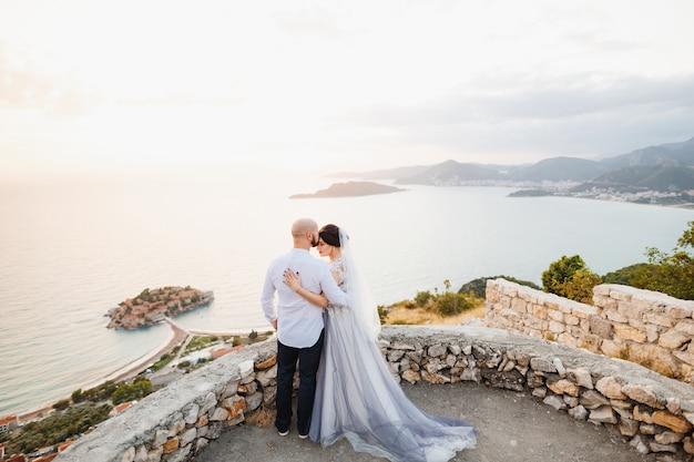 De bruid en bruidegom omhelzen elkaar op het observatiedek