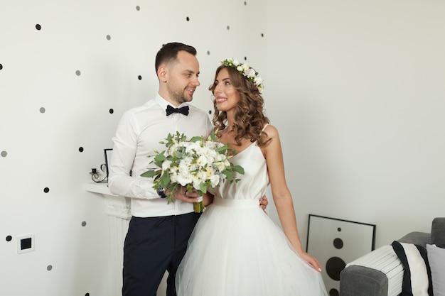 De bruid en bruidegom ontmoeten in de slaapkamer, de jonggehuwden zijn gelukkig.