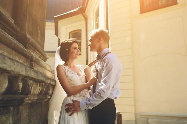 De bruid en bruidegom poseren in de oude straat