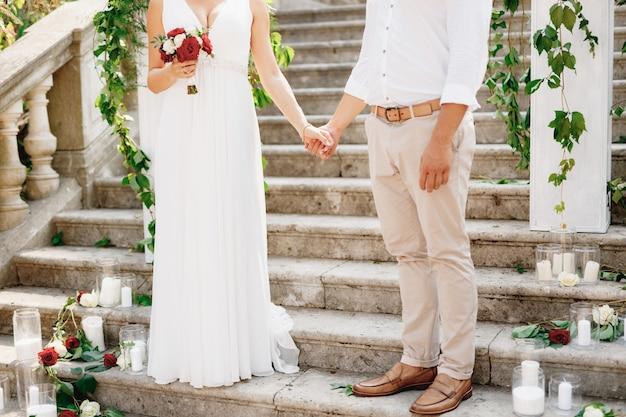 De bruid en bruidegom staan op de trap