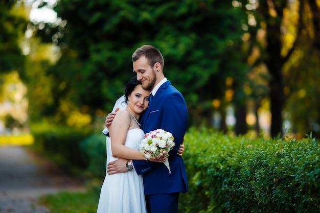 De bruid en de bruid weelderig in de zomertuin