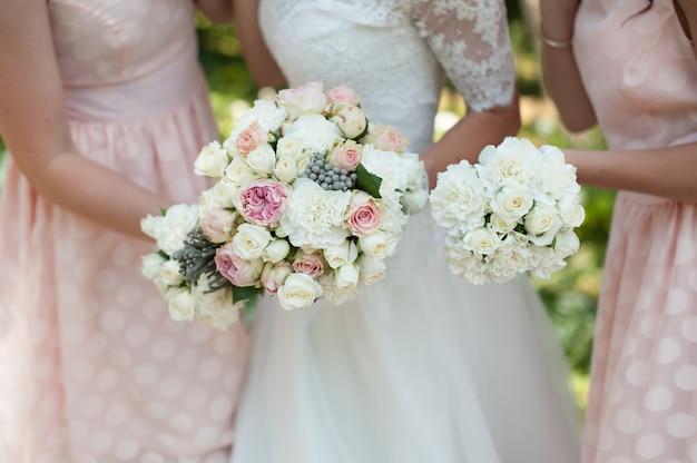 De bruid en haar bruidsmeisje in roze met bloemen op de bruiloft