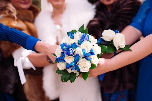 De bruid en haar vrienden houden een bruiloft boeket