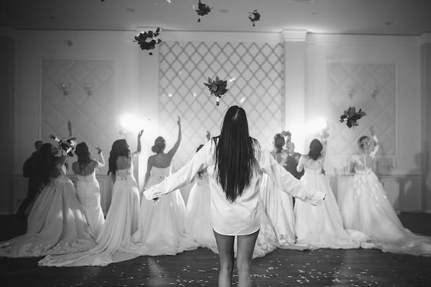 De bruid gooit een boeket