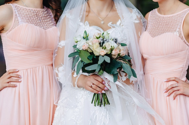 De bruid houdt een huwelijksboeket in haar handen