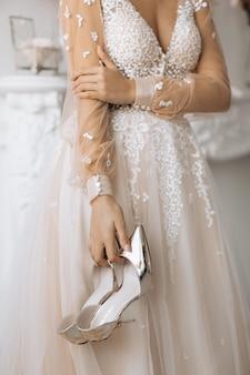 De bruid houdt haar hielen op haar huwelijksdag