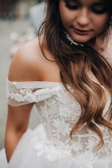 De bruid in beweging, een blik vanaf de schouder en details van de trouwjurk en accessoires.