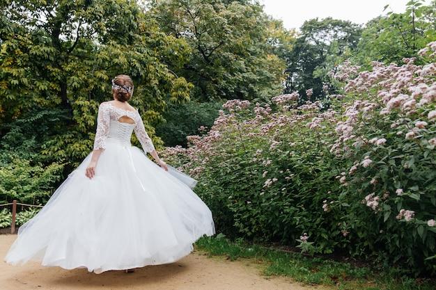 De bruid in een witte jurk