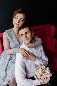De bruid knuffelt haar man