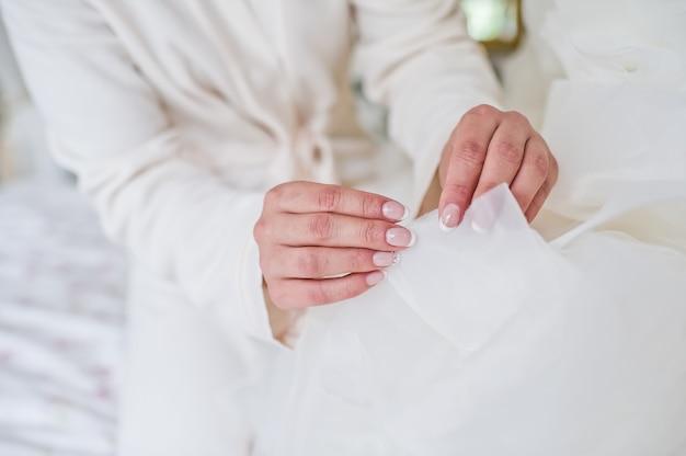 De bruid overweegt haar trouwjurk