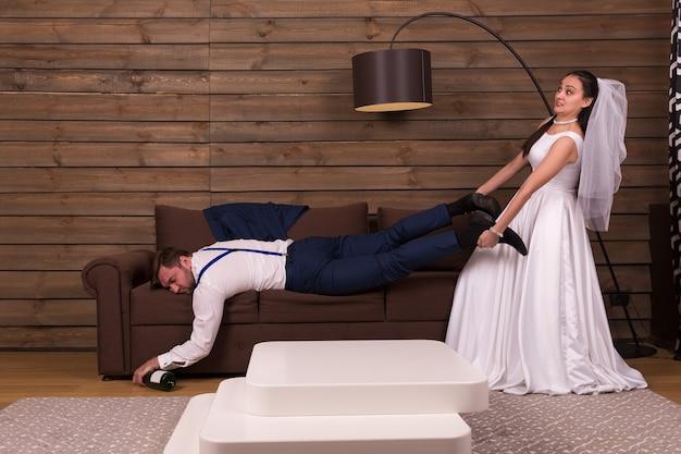De bruid probeert een dronken slapende bruidegom wakker te maken