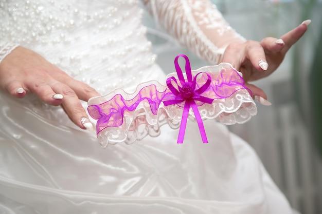 De bruid toont haar huwelijkskouseband. mode en beauty vrouwen
