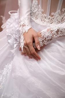 De bruid toont haar verzorgde handen