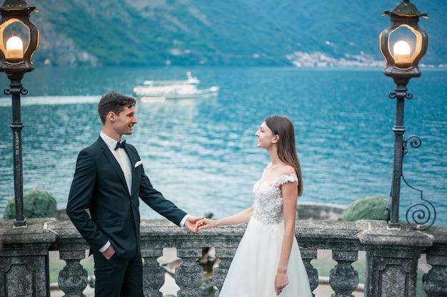 De bruidegom biedt huwelijk aan