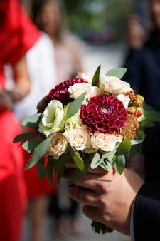 De bruidegom brengt een boeket voor de bruid